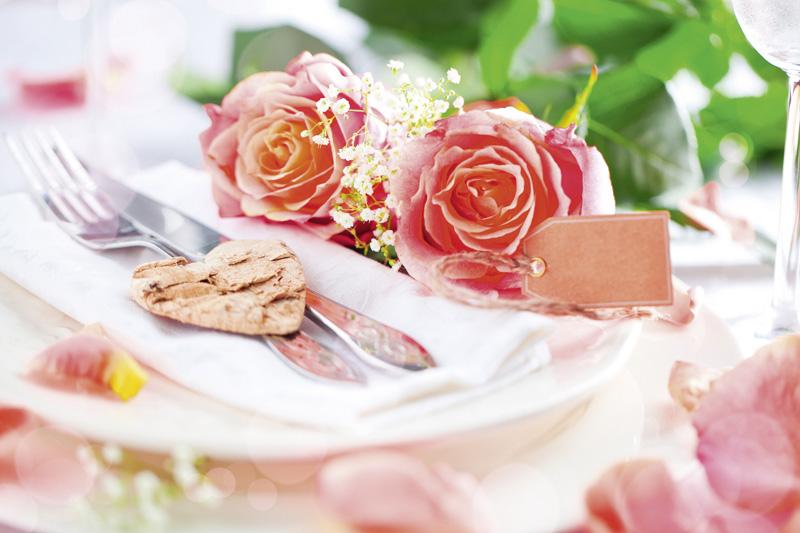 Feierlich gedeckter Tisch mit Rosen